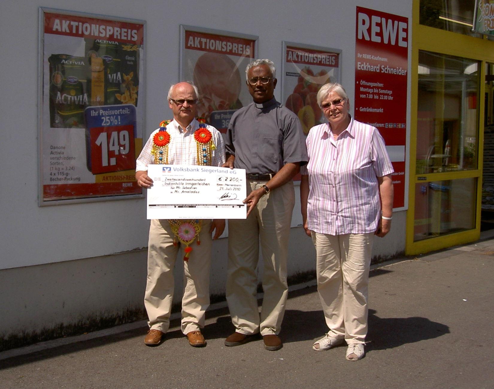 Foto: Eckhard Schneider, Pfarrer Sebastian und Renate Groos (v.l) mit einem symbolischen Scheck