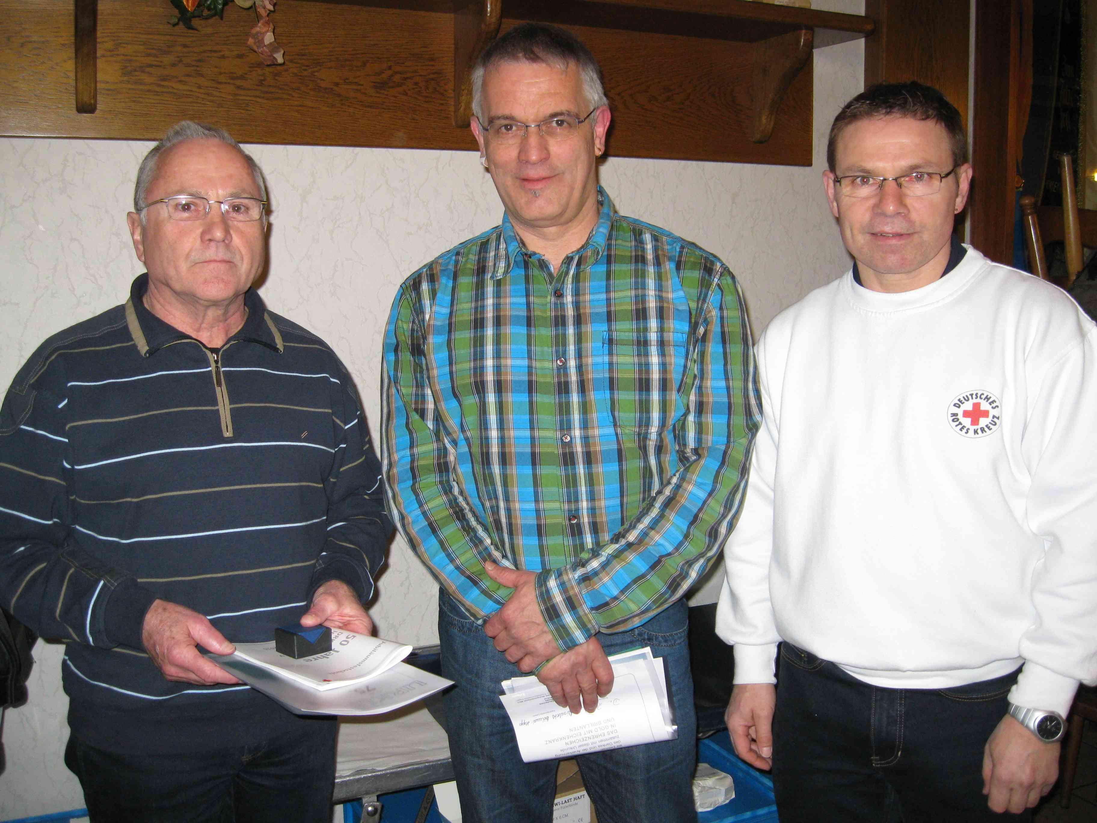 184 Blutspender kamen in den Gasthof Ley. Klaus Trost und Bernd Brado für 75 Blutspenden ausgezeichnet