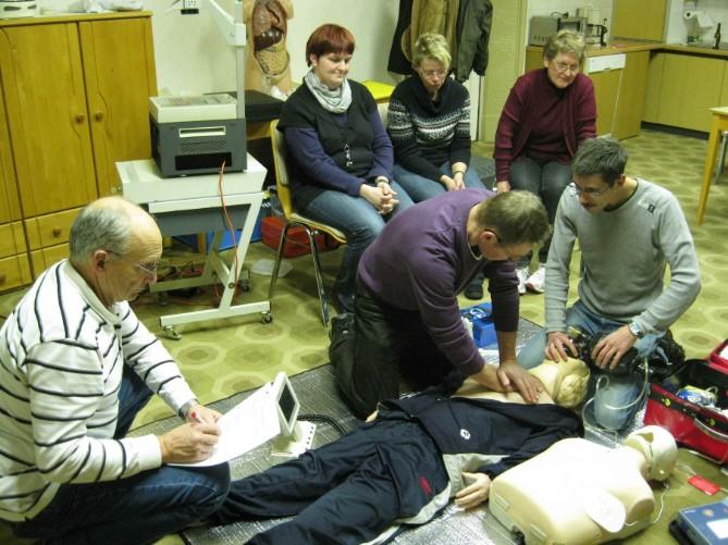 HLW und Defi – Schulung für die Rot-Kreuzler – AED-Geräte sind heute in vielen Firmen und Geschäften vorhanden