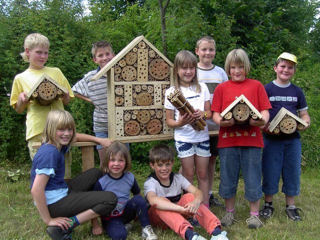 Kinder bauten Insektennisthilfen für Tiere !