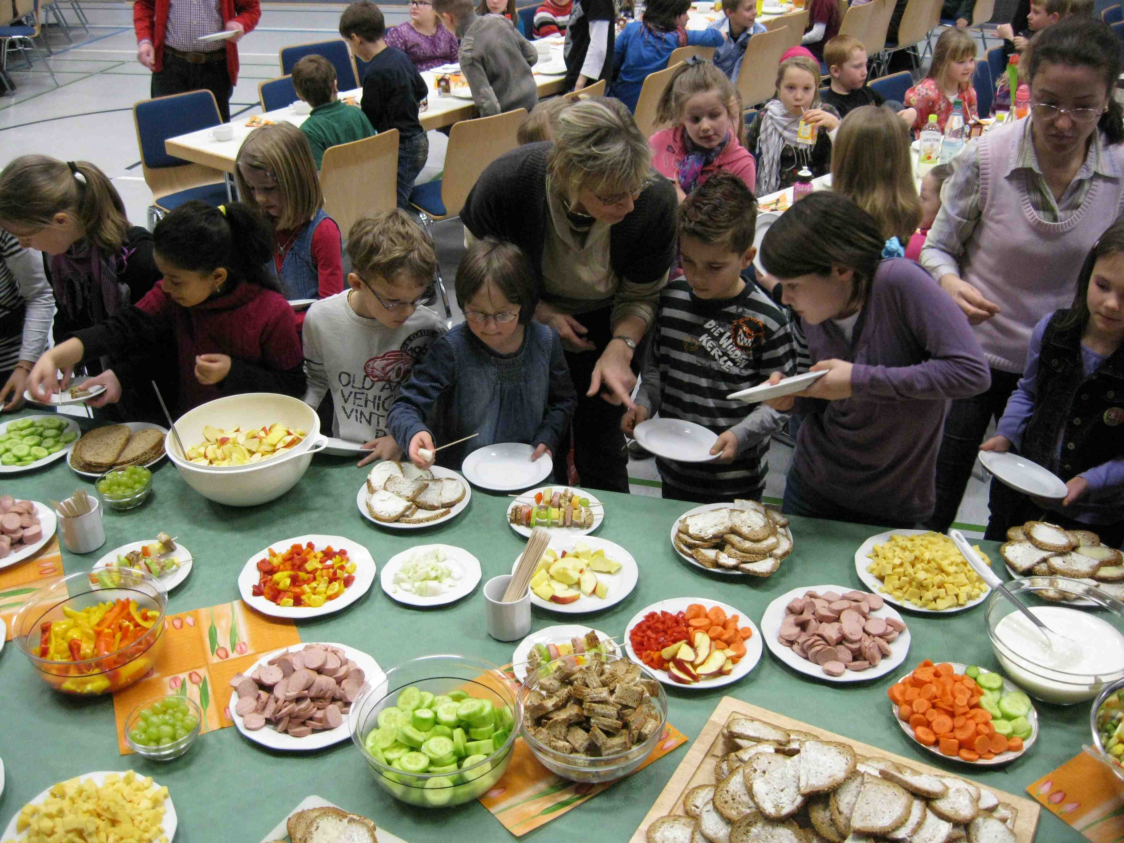 """Grundschule Hainchen nimmt am Wettbewerb """"Schule der Zukunft"""" teil. Gesunde Ernährung mit 100 Schulkindern"""