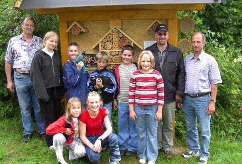Kinder bauten Insektennisthilfen für Tiere