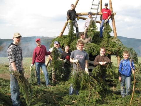 Osterfeuer 2009 – 15 Jugendliche mit dem Aufschichten der Tannenäste beschäftigt