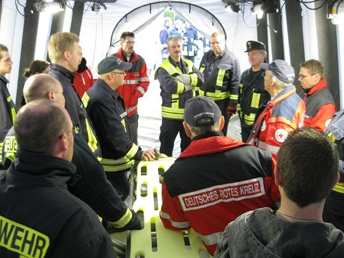 Verletzten- Dekontaminationsplatz aufgebaut – Feuerwehr Gernsdorf und DRK Irmgarteichen besichtigten Container V-Dekon