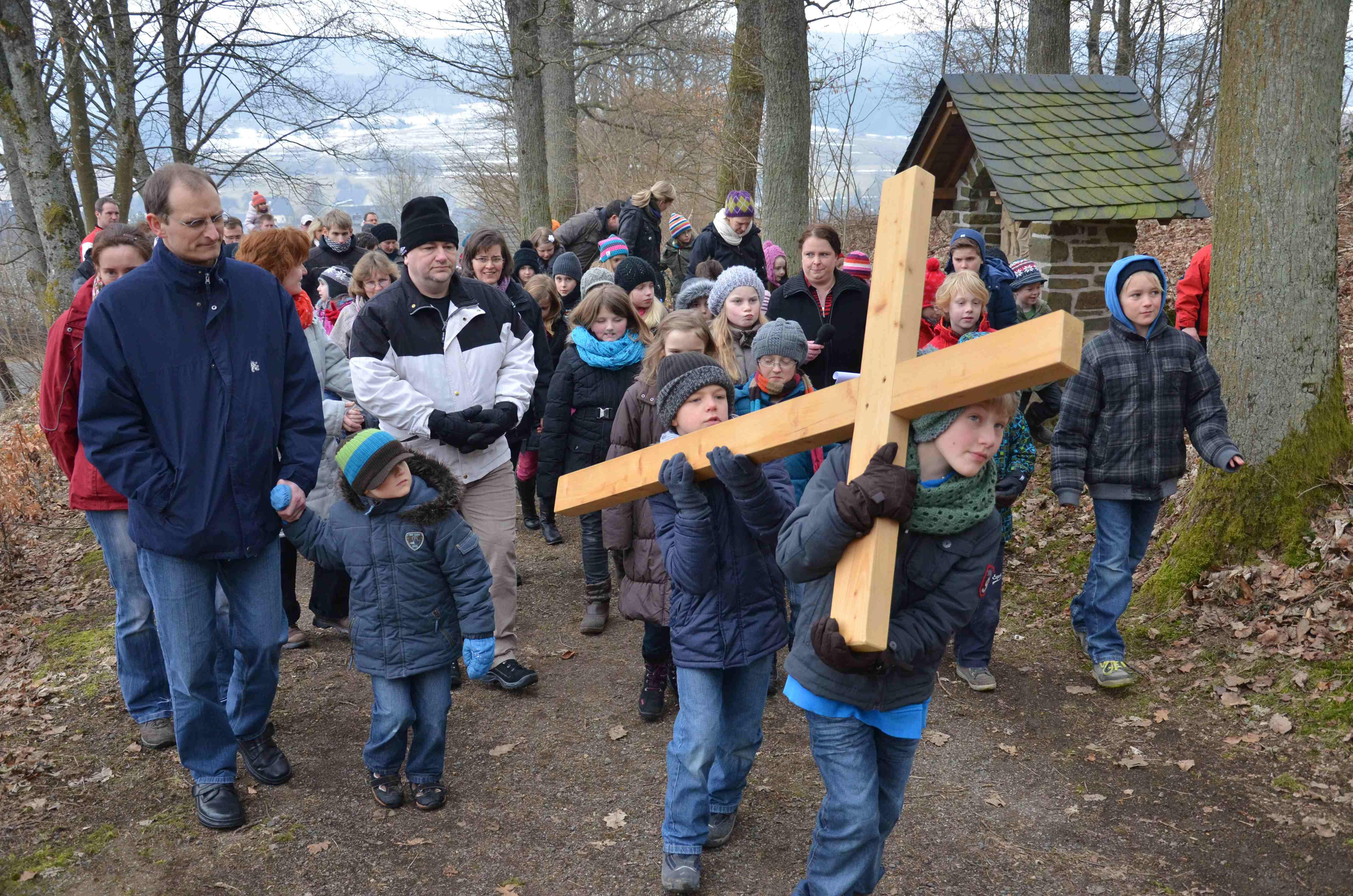 Kinderkreuzweg zum Pfarrberg – Leidensweg Christi nachvollzogen
