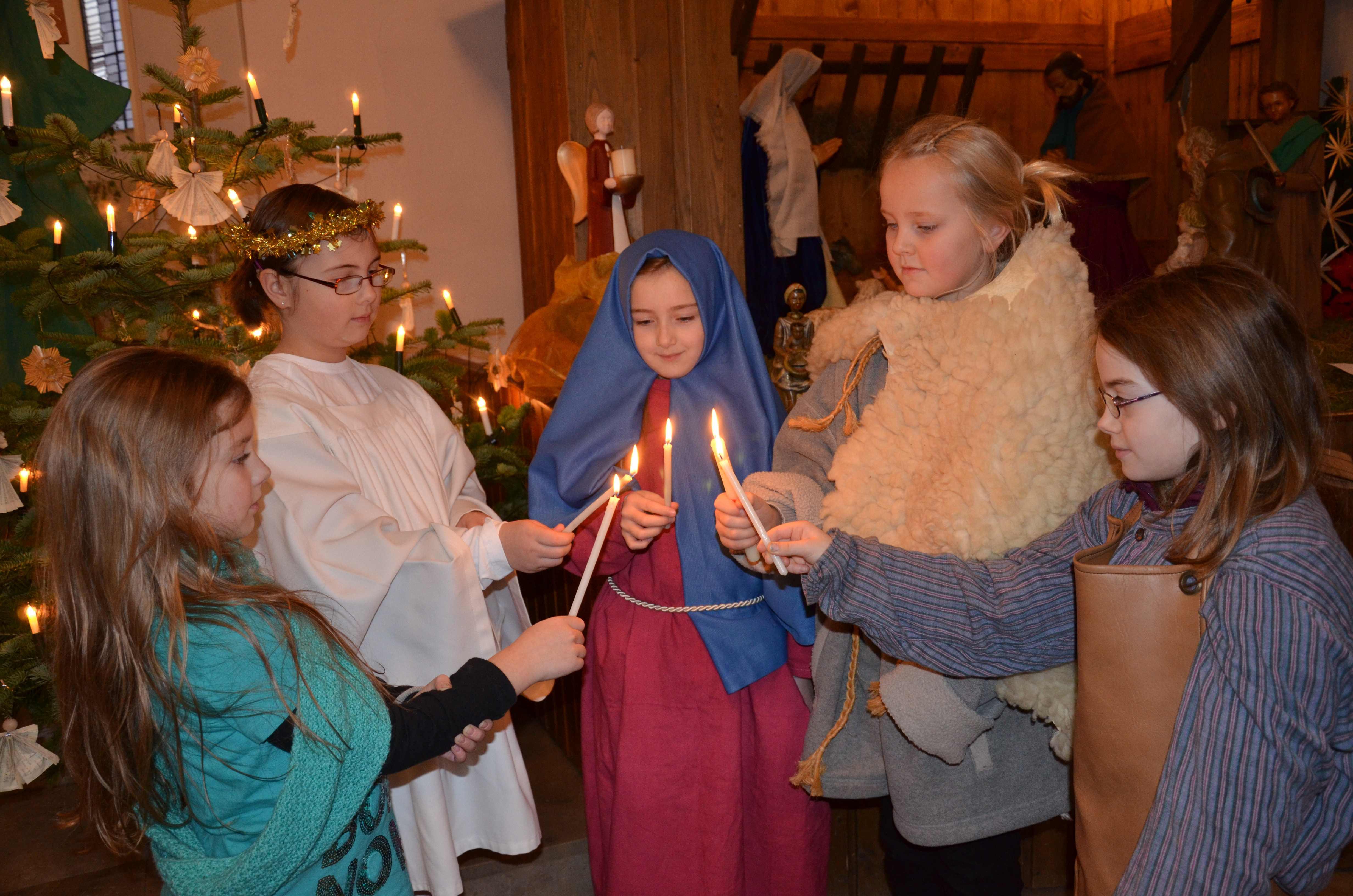 Friedenslicht leuchtet an den Krippen der Kirchen