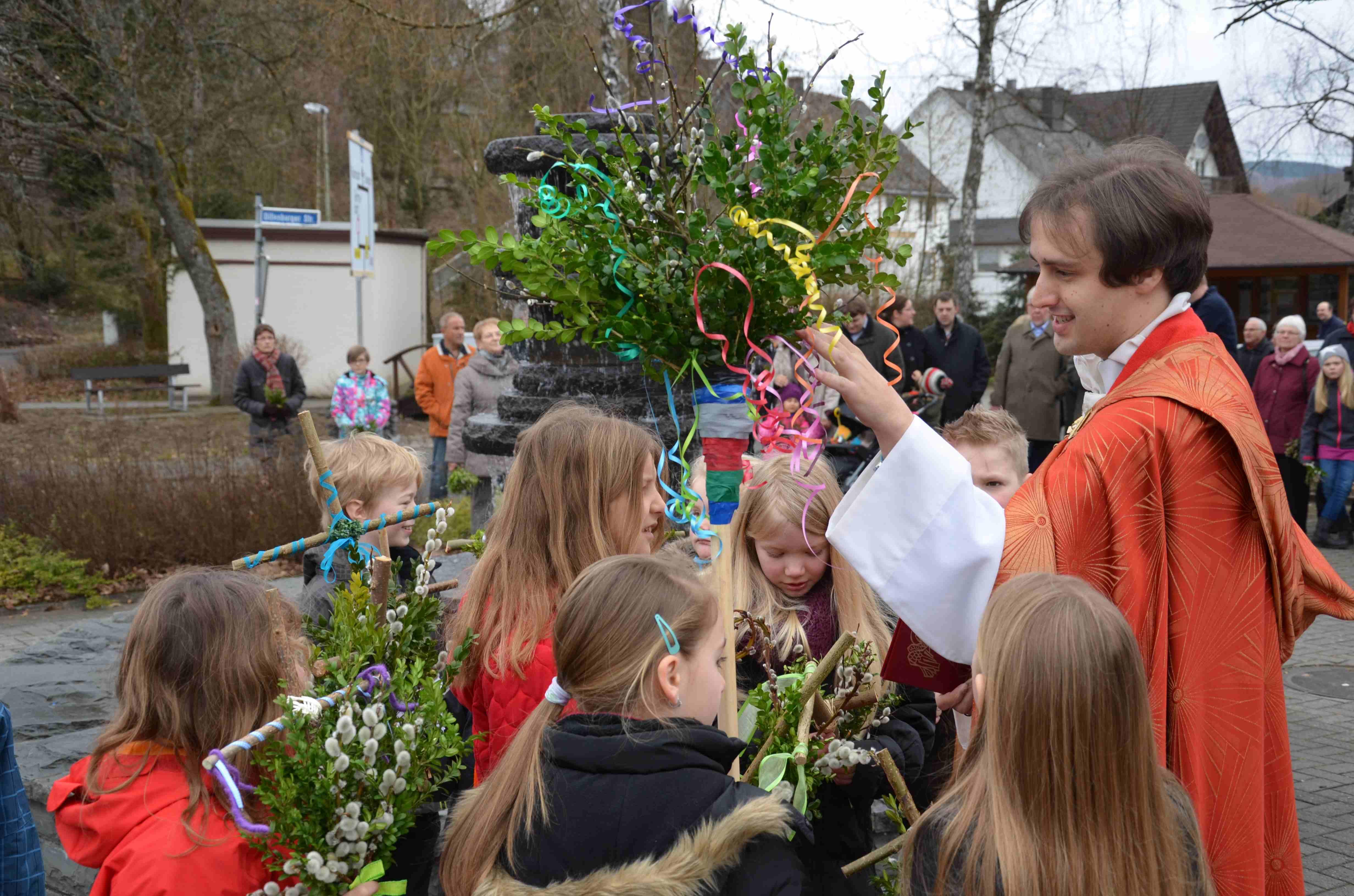 Palmweihe am Dorfbrunnen: Feier des Einzugs Jesu in Jerusalem