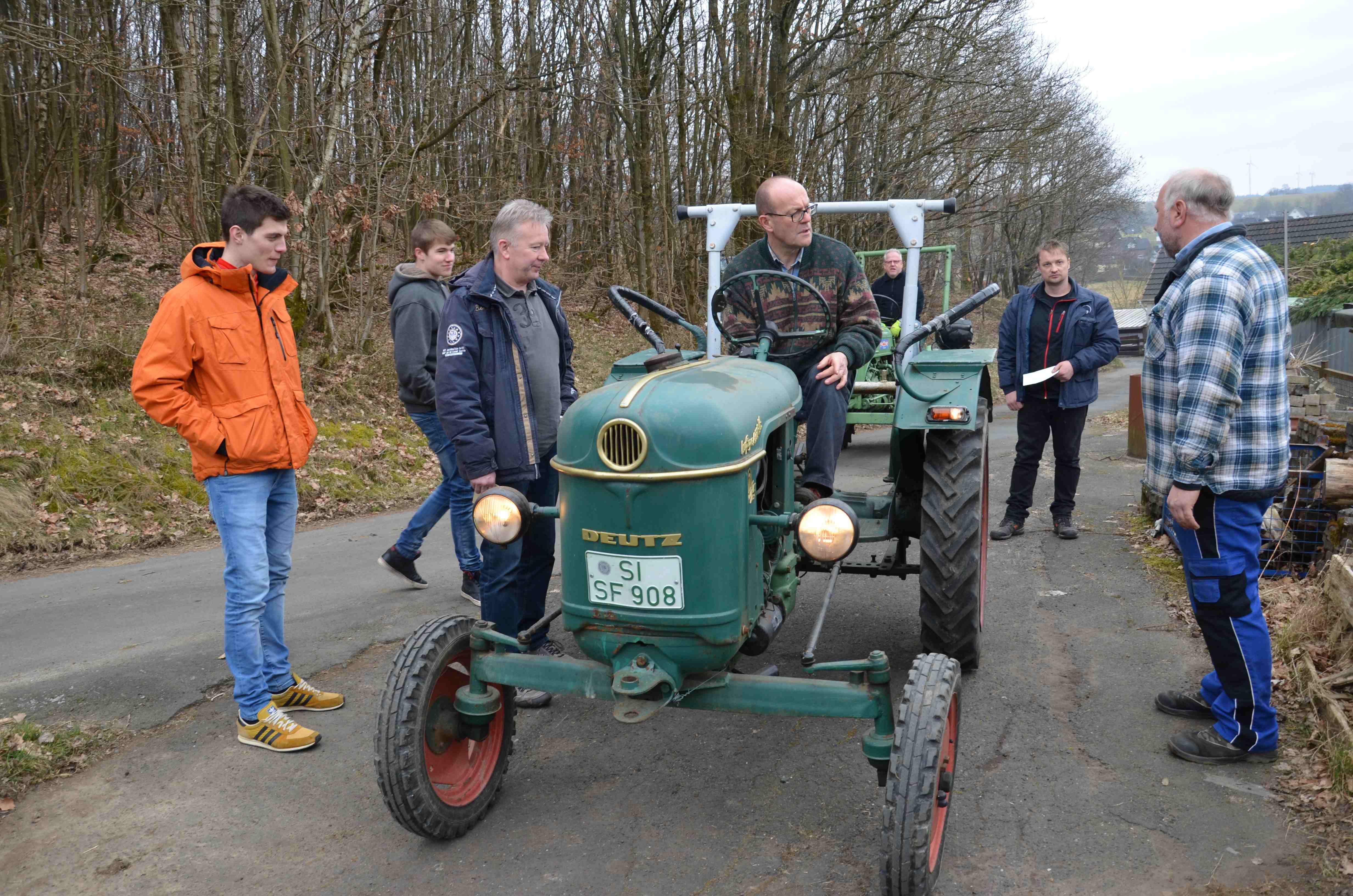 """Trecker – Tüv im Johannland: Mitarbeiter prüfen alte """"Schätzchen"""""""