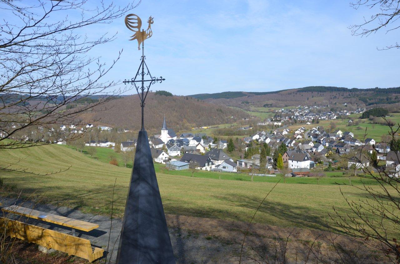 Neuer Turm mit Kirchturmkreuz am Pfarrberg aufgestellt.
