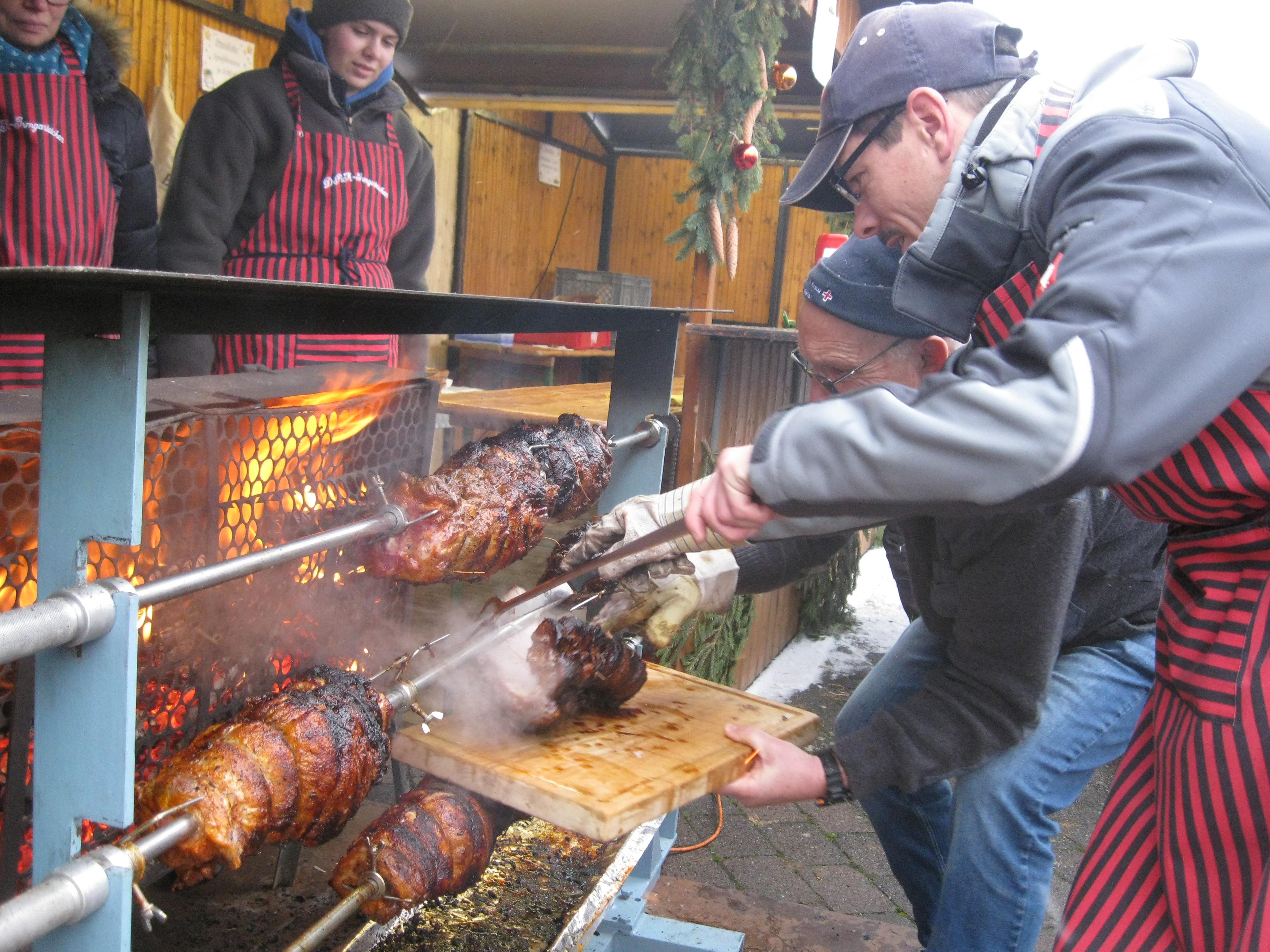 39. Weihnachtsmarkt: Schneeflocken sorgten für Ambiente – Stimmungsvoller Markt auf dem Kirchplatz – Blasmusik zum Glühweinduft